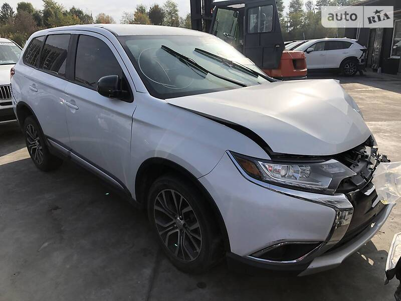 https://cdn3.riastatic.com/photosnew/auto/photo/mitsubishi_outlander__359126518f.jpg