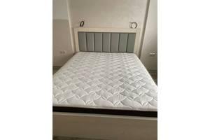 Дубове ліжко з м'яким узголів'ям.