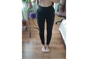 черные брюки со стрелками на молнии со стороны