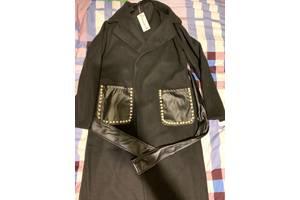 Пальто с жемчужинками на карманах.