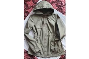 Плащ куртка зеленого цвета большой капюшон, удобная на пуговицах средней длины на прогулки под джинсы или спортивки