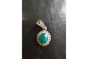 Подвеска серебряная – капельное серебро с зеленым камнем.