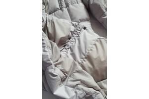 Пуховик пальто средней длины серого цвета практическое с капюшоном и поясом из химчистки.
