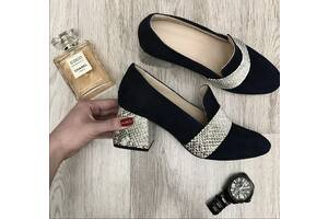 Замшевые туфли-рептилии на модном каблуке