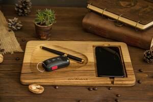 Подарок для парня и девушки - подставка органайзер для телефона на рабочий стол с персональной гравировкой из дерева