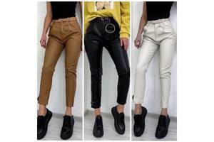 Модные женские брюки по фигуре укороченные снизу из эко кожи 3 цвета С М