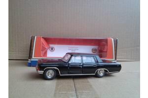 Модель ЗІЛ 117, в рідній коробці, днище зроблено в СРСР ,. колесо в багажнику.