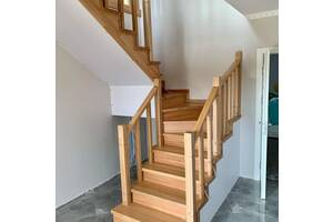 Міжкімнатні двері та сходи дерев'яні.