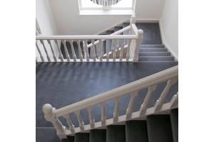 Ковровое покрытие для отделки и укладки ковролина на бетонной и деревянной лестнице и лестничных ступенях