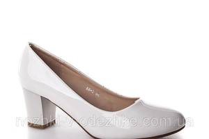 Белые лаковые туфли на устойчивом каблуке 36