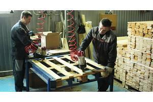 Мужчины на фабрику по изготовлению деревьев'янов поддонов в Чехию