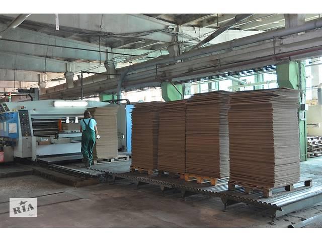 Работник на производство картонных коробок в Польше