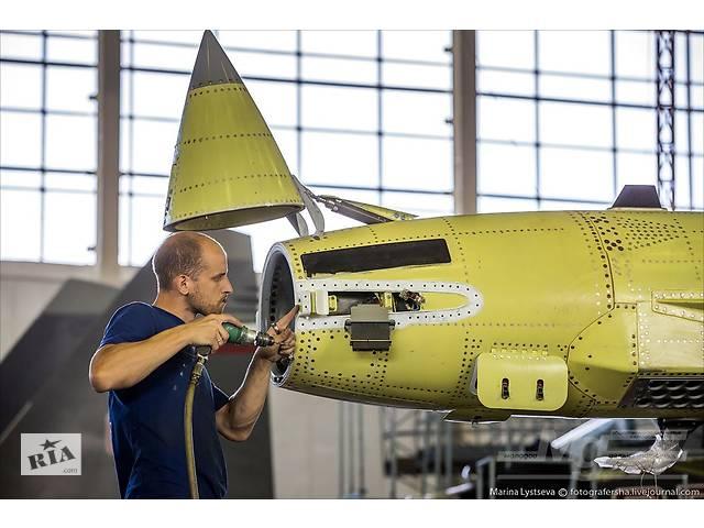 Работник на производство пластиковых элементов к самолетам